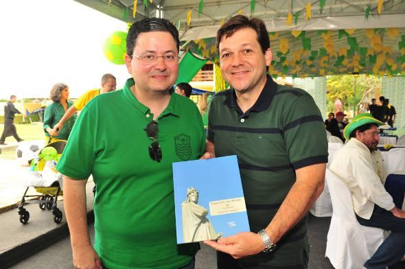 Antônio Campos entrega seu livro a Geraldo Julio