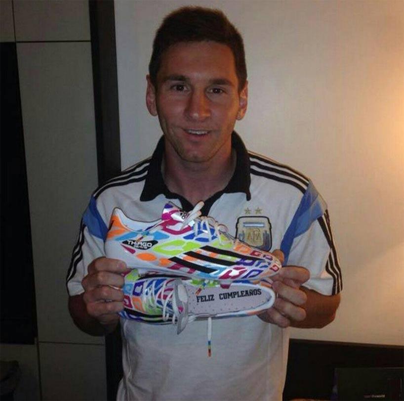 Messi com a chuteira Adidas comemorativa do seu aniversário - Crédito: FIFA/Divulgação