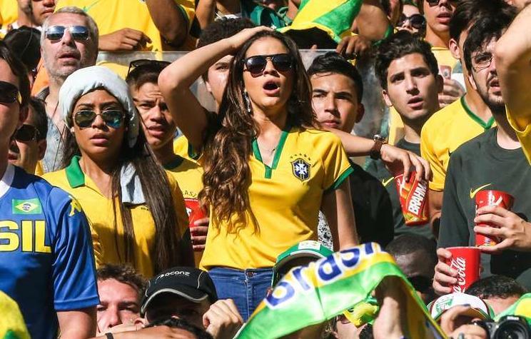 Na foto, Bruna Marquezine aparece na torcida ao lado da irmã de Neymar, Rafaella - Crédito: Jefferson Bernardes | VIPCOMM