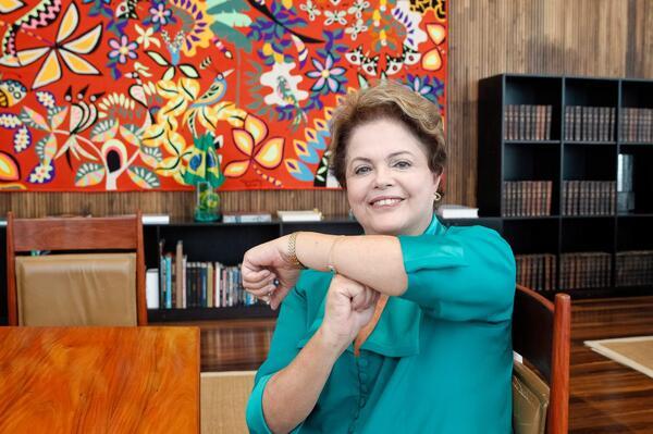 """Dilma postou foto, nesta segunda-feira, em que faz um """"T"""" com os braços, em homenagem a Neymar - Crédito: Agência Brasil /EBC"""