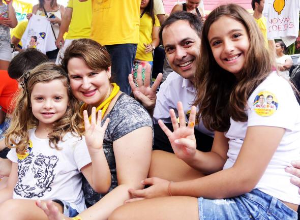 Paulo Câmara e a família.jpg
