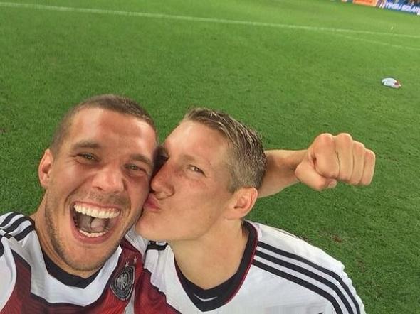 Podolski e Schweinsteiger - Crédito: Reprodução Twitter