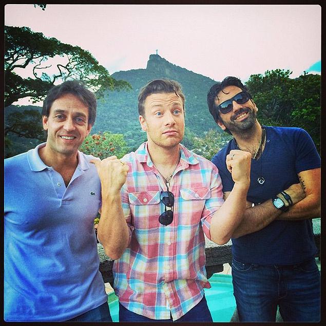 O chef Jamie Oliver entre os sócios brasileiros Lisandro Lauretti e Marcel Gholmieh - Foto: Instagram/Reprodução