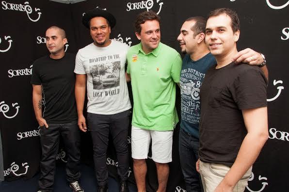 O produtor Augusto Acioli (de verde) nos bastidores com o grupo Sorriso Maroto - Foto: Gabriel/Divulgação