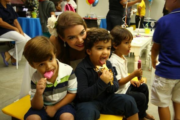 Juliana Lins com o pequeno Carlinhos - Crédito: Paulo Paiva/DP/D.A Press