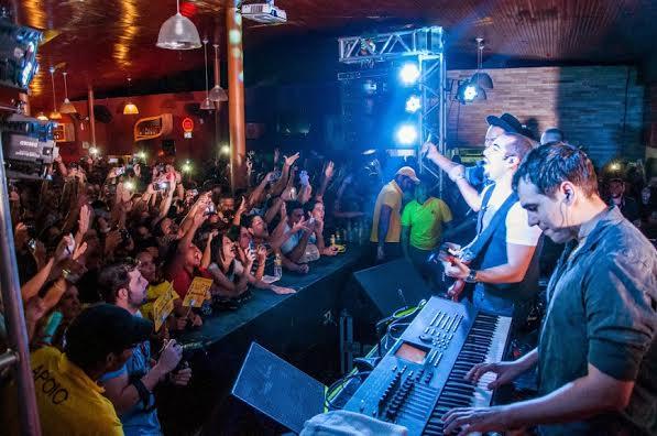 Gerald o palco com plateia lotada - Foto: Gabriel Pontual/Divulgação
