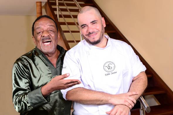 Naná Vasconcelos com o chef Eddie Júnior. Crédito: Déborah Ghelman / Divulgação