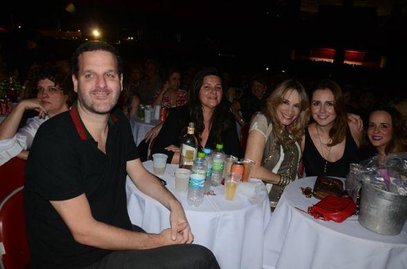 Mario Baô, Paula Meira, Juliana Patriota e amigos. Crédito: Chevrolet Hall / Divulgação