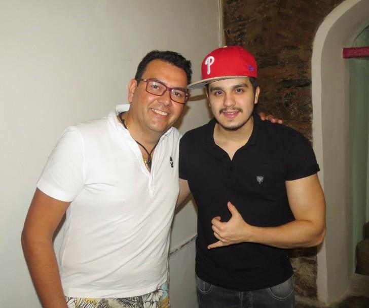 O chef Auricélio Romão posou ao lado do cantor Luan Santana em Fernando de Noronha - Crédito: Ana Clara Marinho/Divulgação