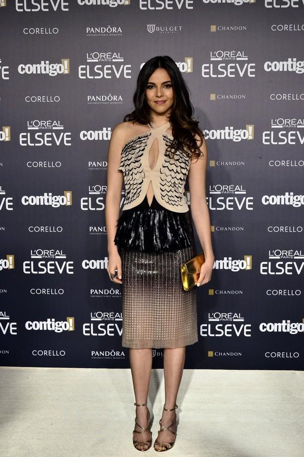Taina Muller com um look assinado por Glória Coelho combinado com carteira e sandália douradas -  Foto: George Magaraia/Divulgação
