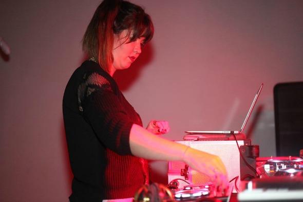 DJ Allana Marques é uma das atrações da Neon Rocks Crédito: Vinícius Ramos/Vagalume Comunicação.