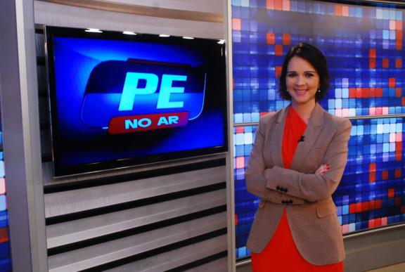 Isly Viana, apresentadora do programa PE no Ar, é quem vai mediar o debate no próximo dia 26, na TV CLube / Record. Crédito: Eduarda Bione / Divulgação