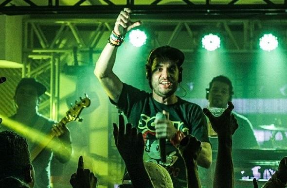 Ramon Schnayder comanda o palco do São João Infinito, na Arcádia Apipucos - Crédito: Reprodução Instagram do artista