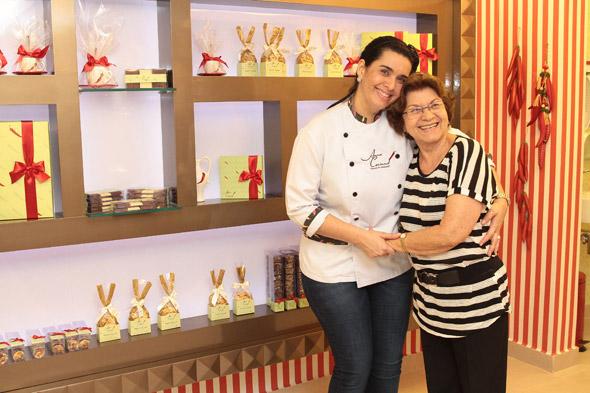 Com a mãe, parceira, apoiadora e, de quebra, companheira de trabalho. Foi com ela que Anna Corinna herdou o amor pelos doces e a simpatia. Crédito: Nando Chiappetta/DP/D.A Press
