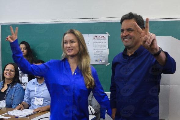 Aécio Neves votou ao lado da esposa Letícia Weber. Crédito: Agência Brasil / Divulgação