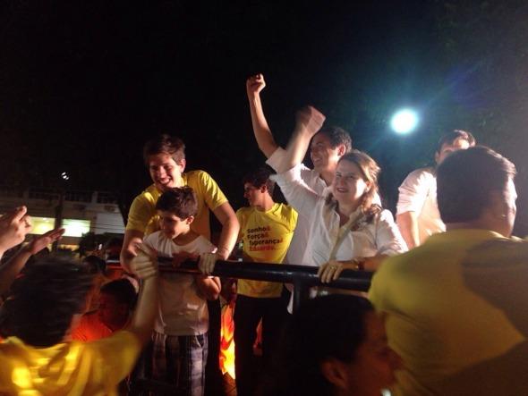 Paulo Câmara desfila em carro aberto em Casa Forte, acompanhado da esposa Ana Luiza, dos filhos de Eduardo Campos e do prefeito Geraldo Julio