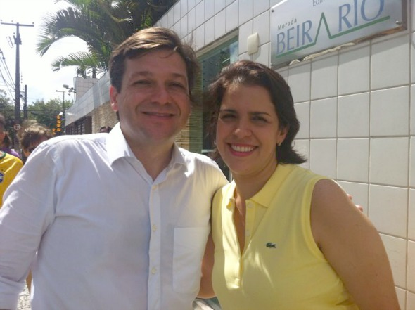 Geraldo Julio e Cristina Melo no prédio de Paulo Câmara. Crédito: Wagner Oliveira / DP / D.A Press