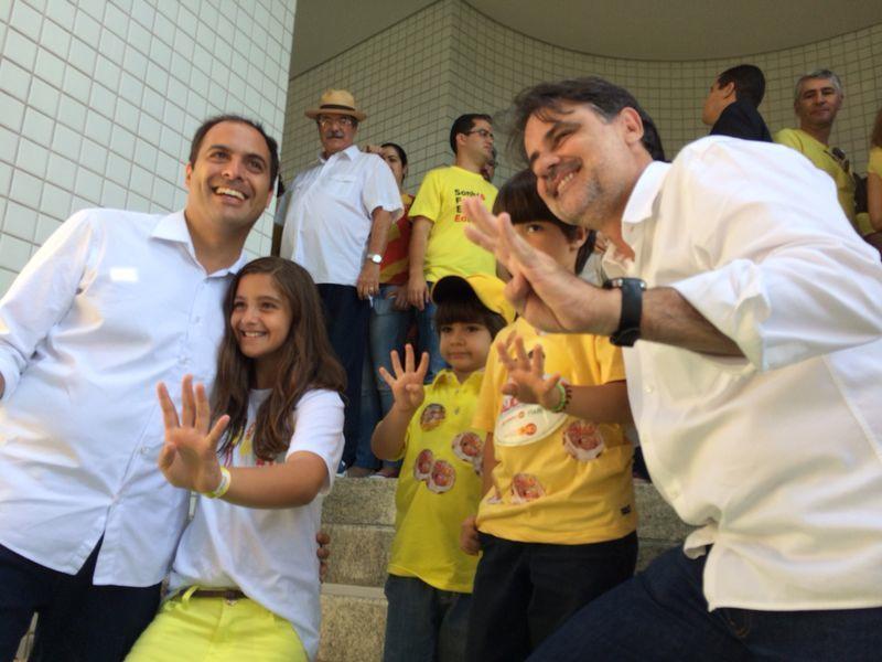 Paulo Câmara e Raul Henry posam para a foto com os filhos. Crédito: Wagner Oliveira / DP / D.A Press