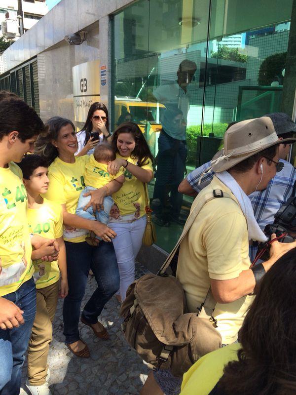 Renata Campos com os cinco filhos na casa de Paulo Câmara. Crédito: Wagner Oliveira / DP / D.A Press