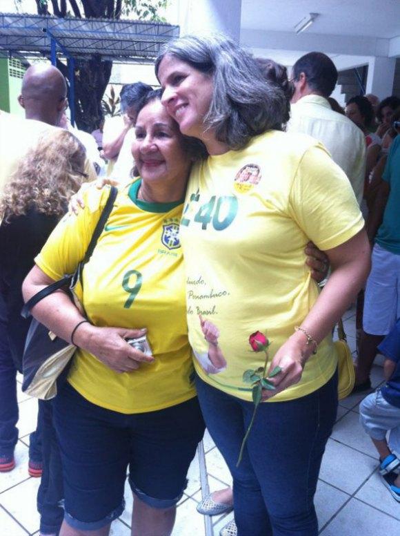 Renata Campos e eleitora. Crédito: Wagner Oliveira / DP / D.A Press