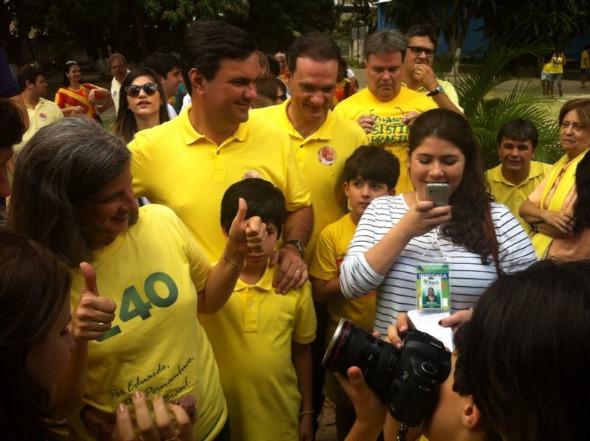 Renata Campos sendo fotografada pelo filho José. Crédito: Wagner Oliveira / DP / D.A Press