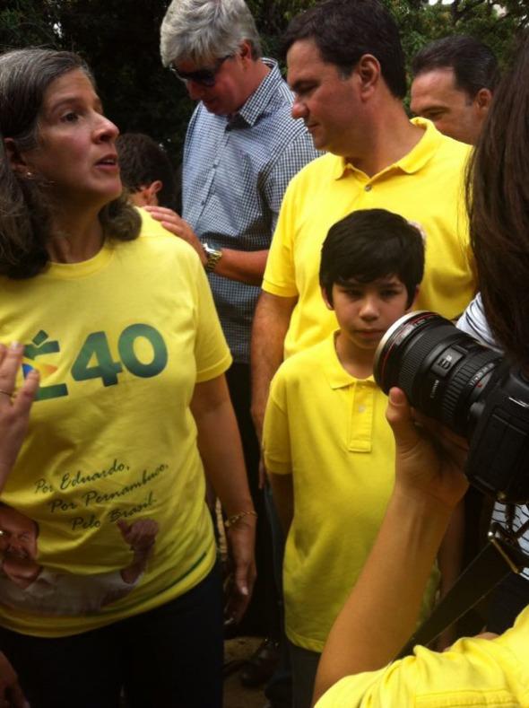 José fotografa a mãe Renata Campos. Crédito: Wagner Oliveira / DP / D.A Press
