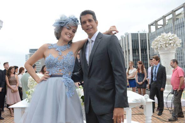 Patrícia e Guto. Ela de azul para subir ao altar. Crédito: Globo / Divulgação