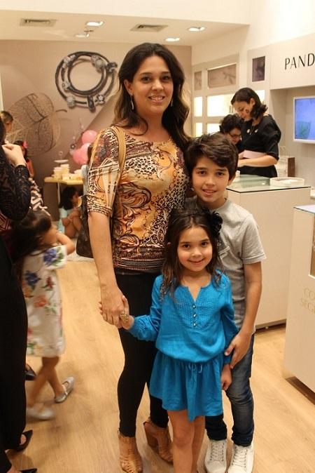 Cristiane Caminha com os filhos - Crédito: Erick Volgo/Divulgação