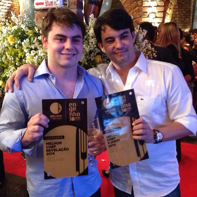 Os irmãos Prouvot em dupla comemoração. Julio, o chef revelação do ano, e Hugo, o melhor chef homem do ano, eleitos pela Revista Engenho.  Crédito: Diogo Carvalho