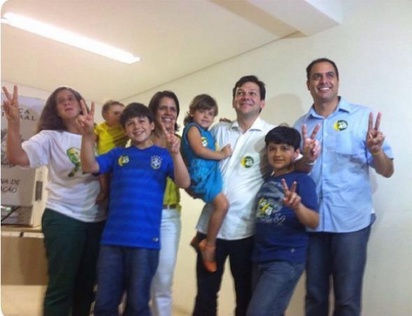 Geraldo posou para foto, logo depois de votar, com os filhos, Paulo Câmara, Renata Campos e Miguel. Crédito: Julia Schiaffarino / DP / D.A Press