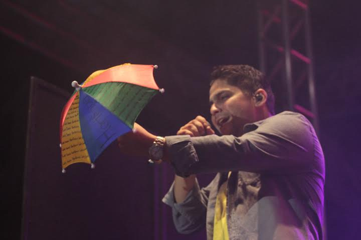 O cantor Jorge usou uma sombrinha de frevo para homenagear o ritmo pernambucano. Créditos: Luiz Fabiano/ Moove Comunicação