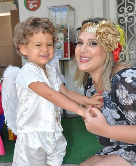 Bianca Branco com o pequeno Eduardo, de 2 anos, fantasiado de anjo - Crédito: Tereza Branco/Divulgação