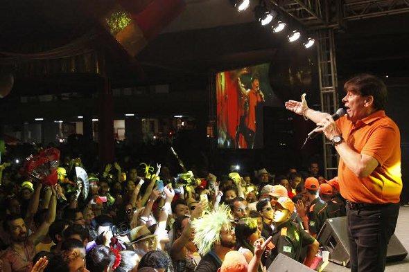 O cantor Adilson Ramos foi bastante aplaudido pelo público