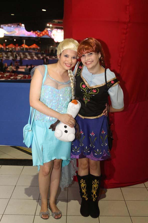 Carla Albuquerque e Karoline Albuquerque foram de princesas: Elsa e Ana, do filme Frozen - Crédito: Nando Chiappetta/DP/D.A Press