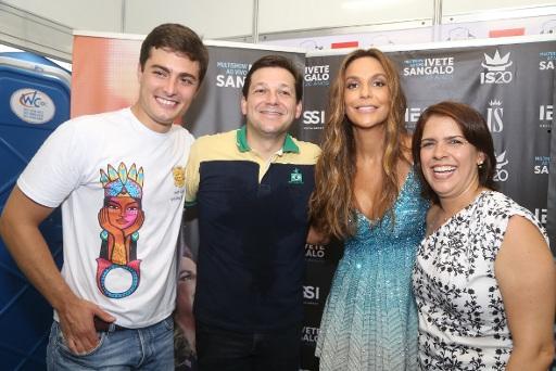 Ivete com o prefeito Geraldo Julio e a esposa, Cristina, e o secretário de Turismo Camilo Simões