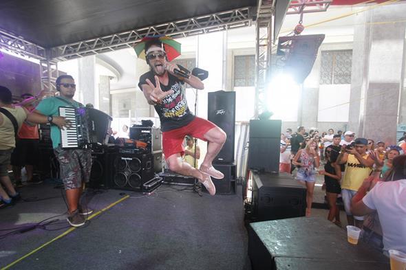 Ramon Schneider apresentou canções de frevo, samba e arroxa. Credito: Ricardo Fernandes/DP/D.A Press