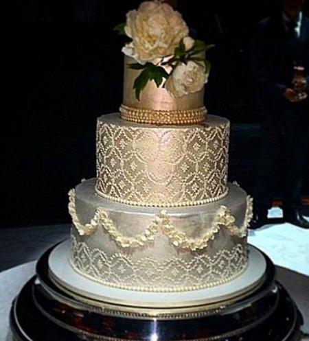 Detalhes do bolo de três andares. Crédito: Reprodução Instagram