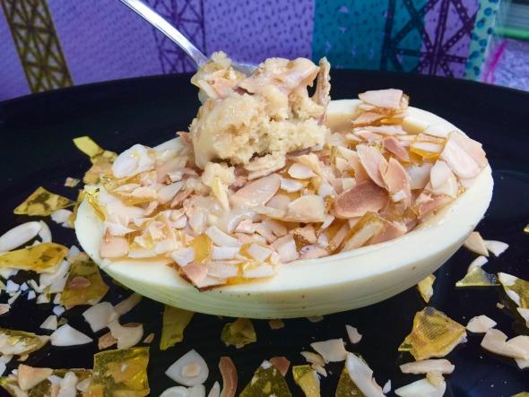 Chocolate branco recheado com bolo de farinha láctea, crocante de caramelo e amêndoas laminadas - Crédito: Paula Ardanza
