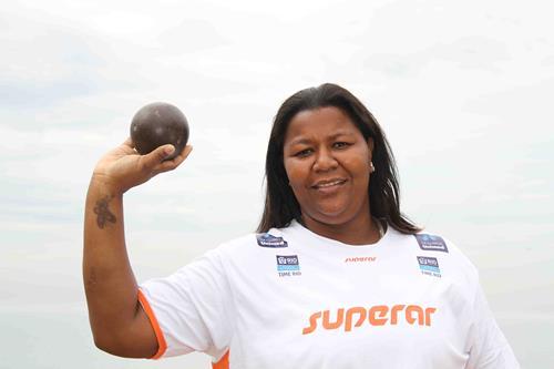 No primeiro treino da vida, Rosinha conseguiu atingir a marca dos três metros de arremesso. Créditos: Divulgação da atleta