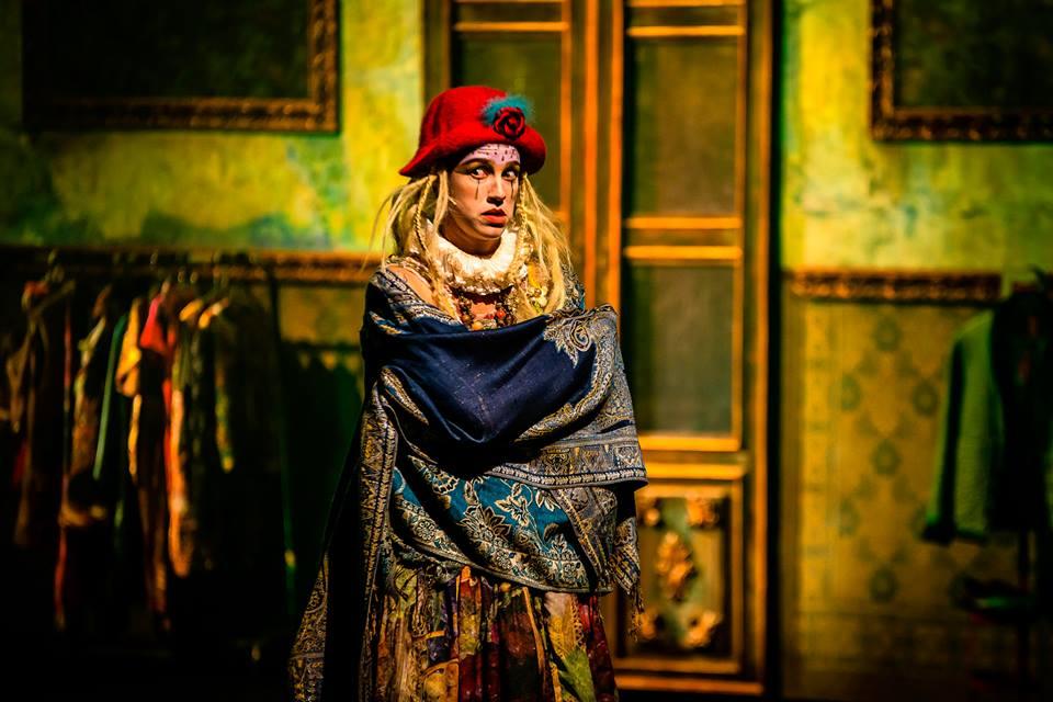 Isabela, papel da atriz Luana Piovani na peça Mania de Explicação. Créditos: Reprodução  Facebook Oficial da Peça