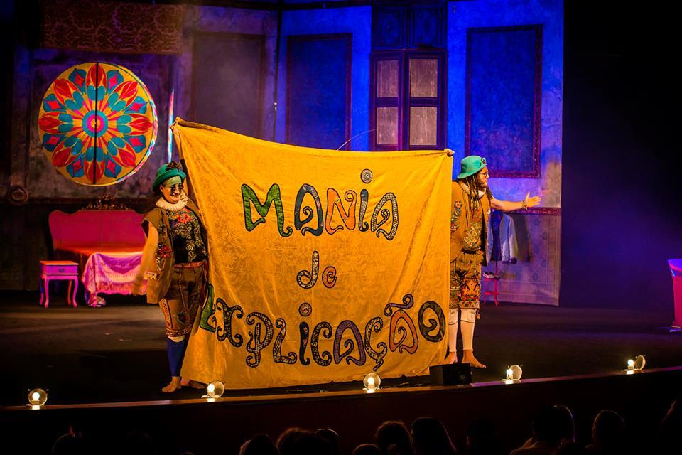 A peça Mania de Explicação chega ao Recife neste sábado. Créditos: Reprodução Facebook oficial da encenação