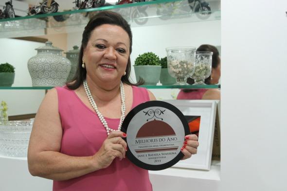 Jane Suassuna com o prêmio de Melhor Banqueteira do País - Crédito: Nando Chiappetta/DP/D.A Press