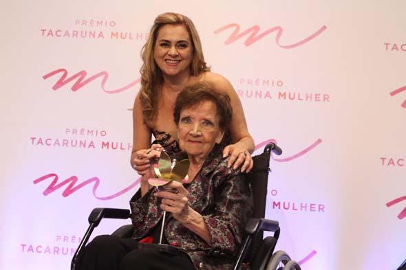 Gláucia Machado entregou o troféu Tacaruna Mulher para Mirella Andreotti, destaque na área de cultura - Crédito: Nando Chiappetta/DP/D.A Press