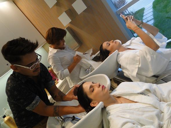 Cecília Monteiro e Bruna Monteiro em tratamentos no salão Glimmer. Crédito: Marília Carvalho/Divulgação