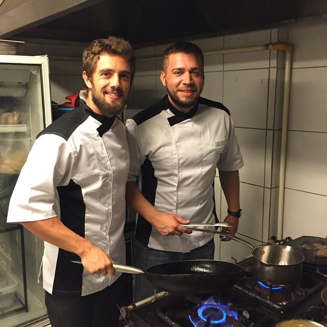 Os amigos Rafael Cardoso e Armando Pugliesi comandam a cozinha do restaurante Hotspot.  Crédito: Reprodução /Instagram