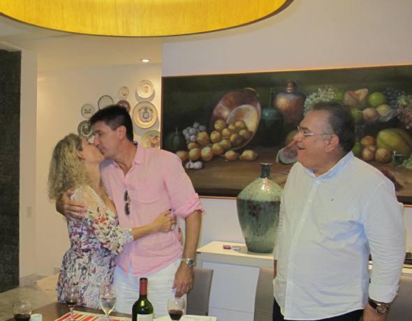 Desembargador Frederico Neves observa o beijo apaixonado de Sandra e Janguiê