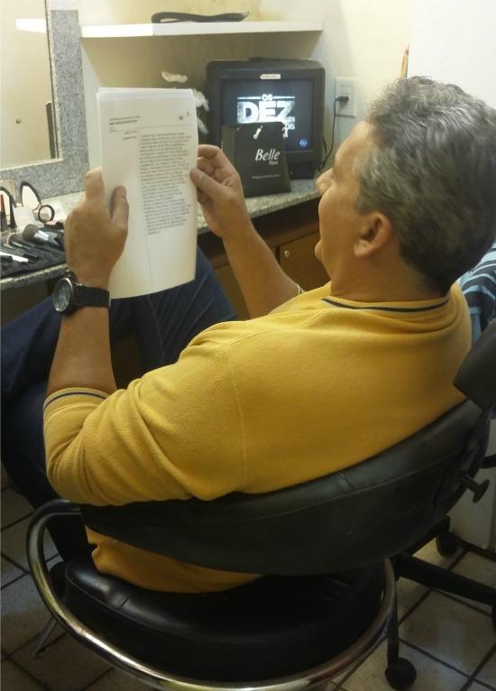 Hugo Esteves lê o roteiro do programa no camarim. Crédito: Beatriz Pires/DP/D.A Press