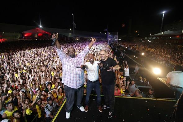 Pinha, Péricles e Thiaguinho no Samba Recife. Créditos: Divulgação/Comunnik