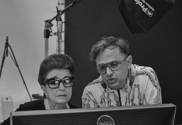 Constanza Pascolato e Paulo Borges durante os bastidores das fotos para a mostra. Créditos: Divulgação