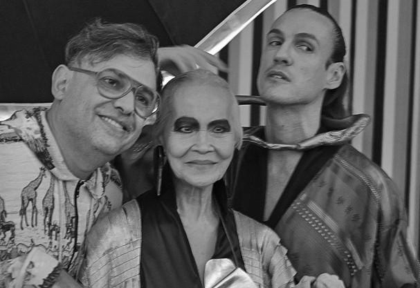 Paulo Borges, Christine Yufon e Dudu Bertolini nos bastidores das fotos para a exposição.  Créditos: Divulgação